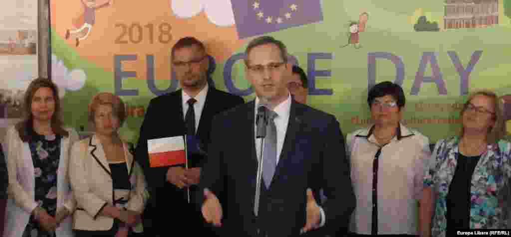 Pretinsul ministru de externe de la Tiraspol, Vitali Ignatiev (centru)