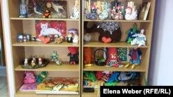 Игрушки, сделанные пожилыми, и заготовки для будущих игрушек. Темиртау, 27 января 2016 года.