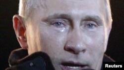 Владимир Путин сайлаудағы жеңісін тойлап, жылап тұр. Мәскеу, 4 наурыз 2012 жыл.