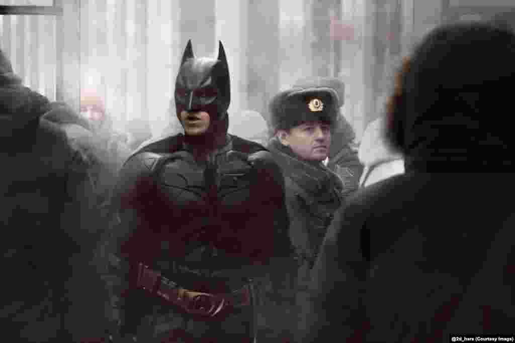 Бэтмен в российской толпе