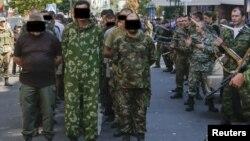 Бойовики угруповання «ДНР» ведуть вулицями Донецька українських полонених, 24 серпня 2014 року