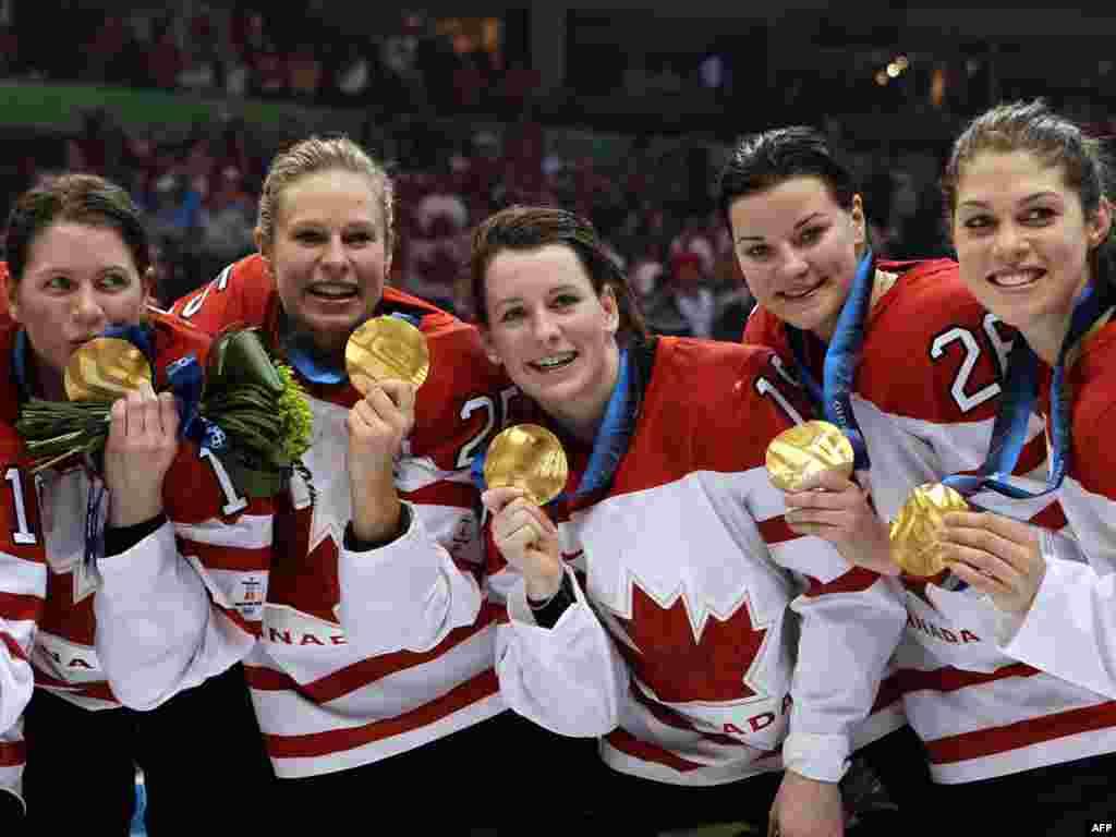 Канадська жіноча збірна з хокею демонструє свої золоті медалі після фіналу у Ванкувері, де вона перемогла США. Олімпійський комітет Канади пропонує свої спортсменам 9 тисяч доларів за золоту медаль у Сочі, 6,8 тисяч – за срібло й лише 4,5 тисяч доларів – за бронзу