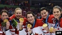 Канадские хоккеистки празднуют победу