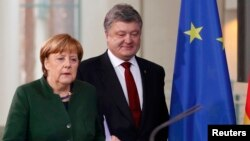 German Chancellor Angela Merkel (left) and Ukrainian President Petro Poroshenko (file photo)