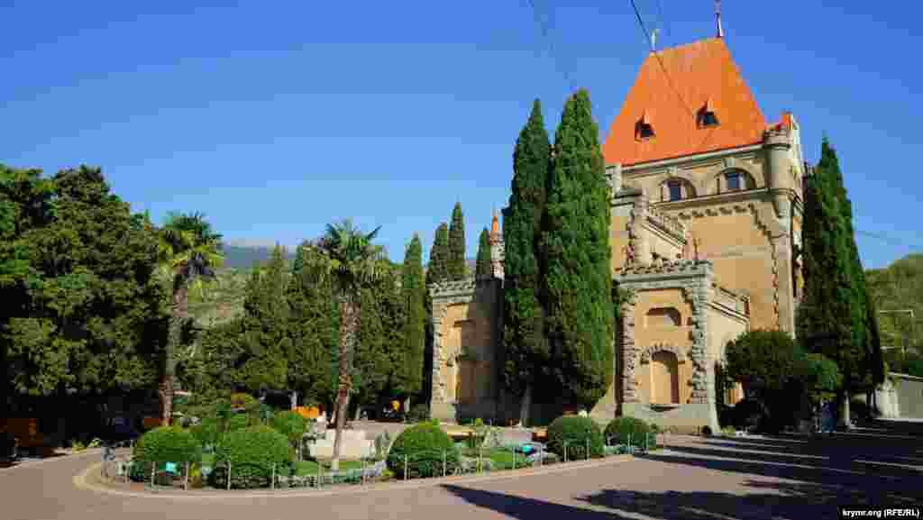 В бывшем дворце княгини Гагариной находится административный корпус санатория «Утес»
