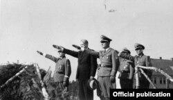 Відкун Квісьлінг (у цывільнай вопратцы ў цэнтры), Фэлікс Хартман (першы справа).