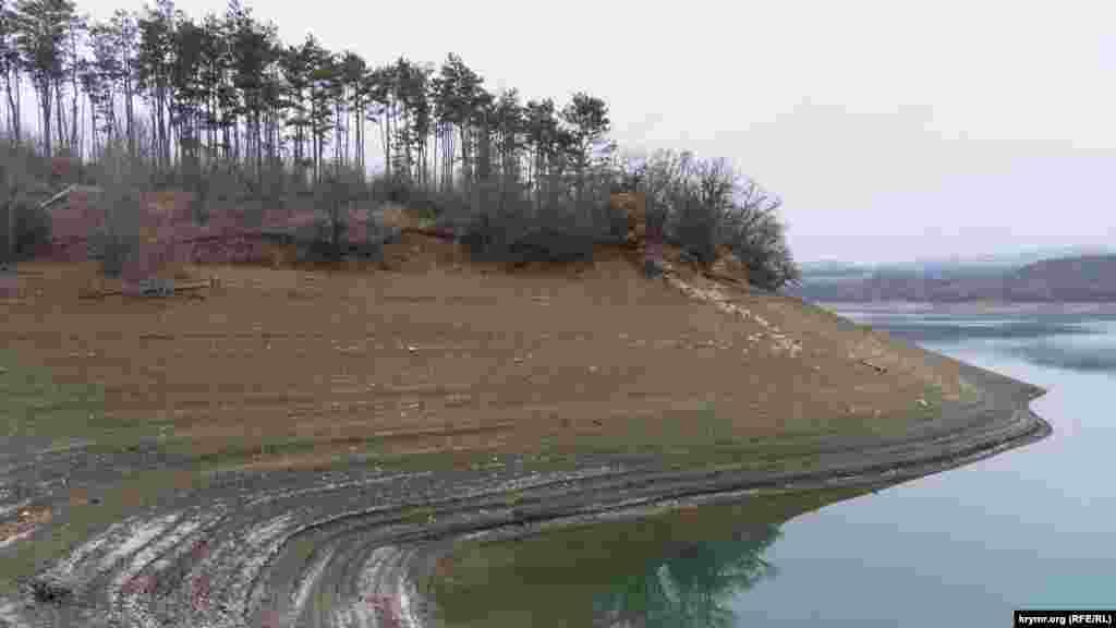 Після відходу води на пологих берегах залишаються паралельні смуги-тераси