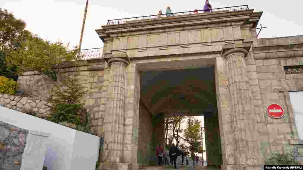 Байдарские ворота – место сбора туристических групп. Через них проходит старая автодорога Ялта-Севастополь