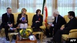 عراقچی (نفر اول از راست) میگوید آمریکا مصمم است تا ۲۰ ژوئیه به توافق نهایی برسد (تصویر: گفتوگوهای اتمی در سال گذشته میلادی در ژنو که به توافق موقت منجر شد)