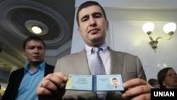 Екс-депутат Ігор Марков демонструє депутатське посвідчення, вересень 2013 року