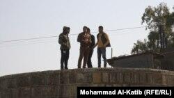شباب عاطلون عن العمل في الموصل