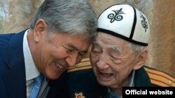 Президент Алмазбек Атамбаев Эл акыны Сүйүнбай Эралиев менен. 7-май, 2016-жыл