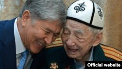 Эл акыны менен президент Алмазбек Атамбаев. 7-май, 2016-жыл