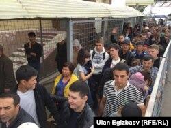Қазақстан-Қырғызстан арасындағы даудан кейін екі ел шекарасынан өтіп бара жатқан адамдар.16 қазан, 2017 жыл.