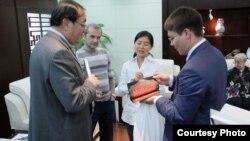 Кытай милли театры белән Камал театры җитәкчелеге бер-берсен бүләкли