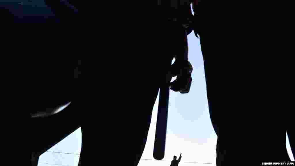 РУСИЈА - Амнести Интернешнл го критикуваше предлог-законот што циркулира во Долниот дом на рускиот парламент со кој се идентификуваат поединци кои добиваат средства од странство како странски агенти, оценувајќи дека предложеното законодавство сигнализира нов лов на вештерки на граѓански групи и бранители на човекови права.