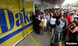 Очередь в магазин электротоваров в Каракасе