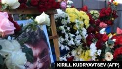 Цветы на месте убийства Бориса Немцова в Москве.