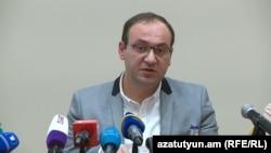 Бывший заместитель руководителя аппарата Национального собрания Арсен Бабаян на пресс-конференции, Ереван, 14 ноября 2019 г.