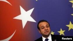 Թուրքիա - Եվրամիության հետ հարաբերությունների գծով նախարար Էգեմեն Բաղըշը ասուլիս է տալիս Ստամբուլում, հոկտեմբեր, 2011թ.