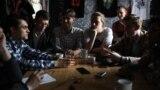 Прадстаўнікі «Моладзевага блёку» Ігар Брэк, Стас Шашок, Радзівон Чорны, Аляксей Лазараў, Даніла Лаўрэцкі (сядзяць за сталом, зьлева направа)