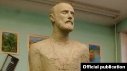 Трехметровый памятник Комитасу работы скульптора Левона Бейбутяна в Санкт-Петербурге