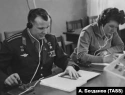 Юрий Гагарин и Валентина Терешкова на учебных занятиях, 1 июня 1963 года
