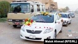 سيارة تقل عريسين يوم زفافهما في بغداد