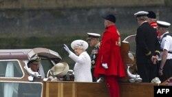 Елизавета II с супругом и сыном вступают на борт королевской баржи
