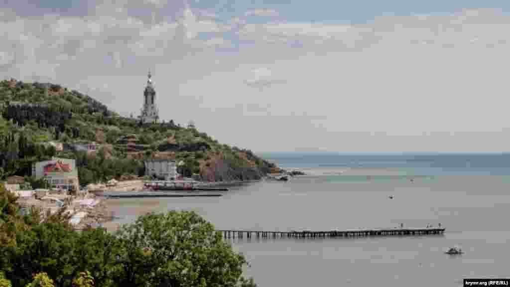 Вигляд на храм-маяк Святого Миколи Чудотворця в Малоріченському