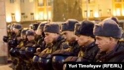 """Солдаты во время разгона акции """"День гнева"""" в Москве, 12 октября 2010"""