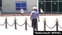 Таджикский полицейский в Душанбе.