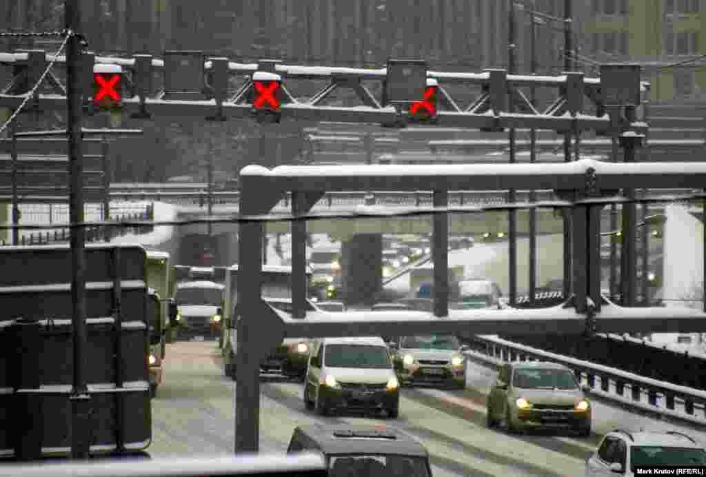 """Третье транспортное кольцо удалось очистить от снега довольно быстро, однако, утром в понедельник загруженность дорог по данным """"Яндекса"""" составляла 9 из 10 баллов."""