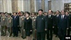 Кім Чен Ин, верховний лідер КНДР, з дружиною