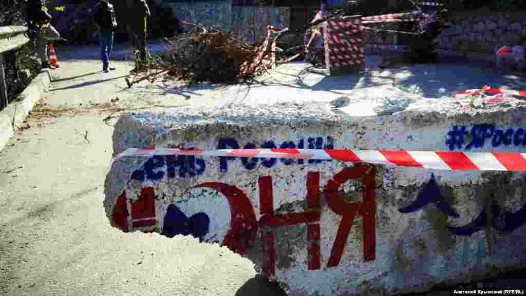 За два дня причину обвального проседания грунта под асфальтом так и не выяснили