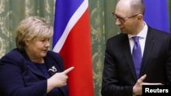 Премьер-министр Норвегии Эрна Сольберг во время встречи с премьер-министром Украины Арсением Яценюком