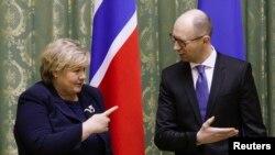 Erna Solberg ukraynalı həmkarı Arseniy Yatsenyuk-la