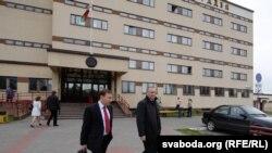 Уладзімер Някляеў і ягоны паплечнік Андрэй Дзьмітрыеў ля будынку суда