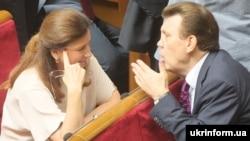 Народні депутати України Інна Богословська (Партія регіонів) та Сергій Ківалов (співавтор так званого «мовного закону Ківалова-Колесніченка»), 29 травня 2014 року
