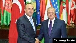 Министры иностранных дел Узбекистана и Турции Абдулазиз Камилов (справа) и Мевлют Чавушоглу. Фото взято с веб-сайта МИД Узбекистана. Ташкент, 26 апреля 2017 года.