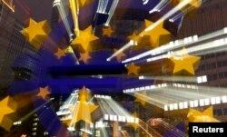 Изображение символа евро на здании Европейского Центробанка во Франкфурте (Германия)