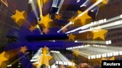 Еуропалық орталық банк ғимараты маңындағы баннер. Франкфурт, Германия. (Көрнекі сурет)