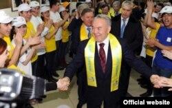 Президент Казахстана Нурсултан Назарбаев приветствует своих сторонников на встрече с членами президентской партии «Нур Отан». Астана, 4 апреля 2011 года.