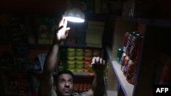 صاحب محل بقالة في بغداد لحظة إنقطاع الكهرباء