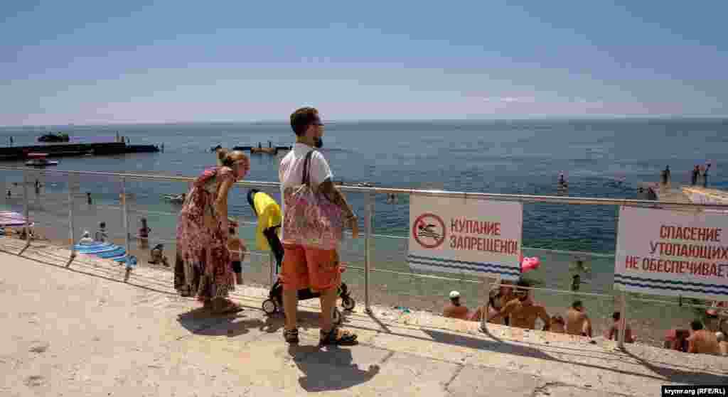 Однако на табличке – предупреждающая надпись: «Купание запрещено»