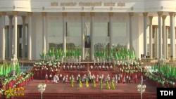 По всей видимости, государственное ТВ показало заранее отснятый видеорепортаж о праздничных мероприятиях в Мары