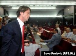 Raško Konjević napušta Skupštinu Podgorice, 19. jul 2011.