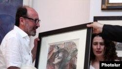 «Ոսկե Ծիրան»-ի հիմնադիր Հարություն Խաչատրյանն Արսինե Խանջյանին է հանձնում Մինասի գծանկարը: