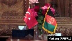 بیرقهای افغانستان (راست) و ترکیه
