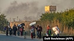 شهروندان سوریه در حال فرار از بمباران نظامیهای ترکیه در شهرک راسالعین